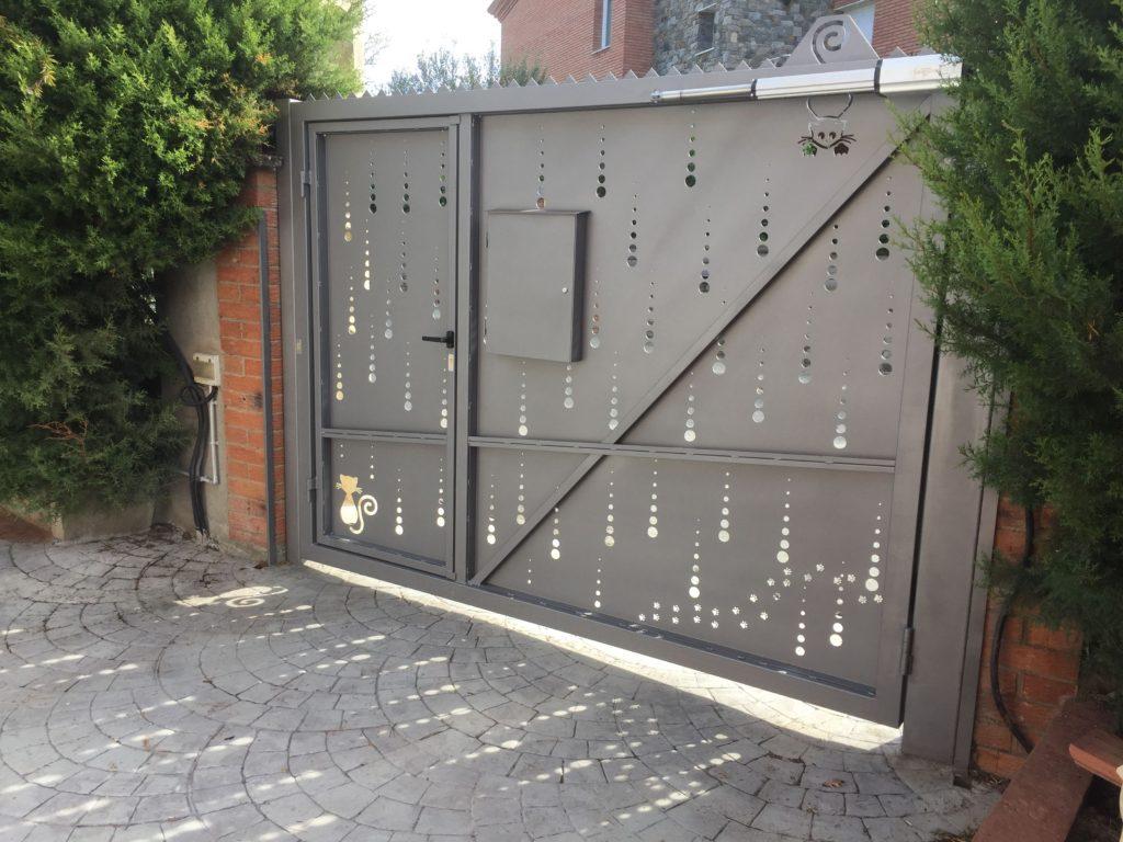 Porta abatible motoritzada dissenyada conjuntament amb el client